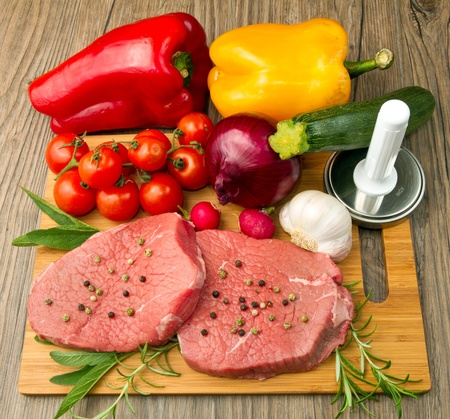 carne cruda: carne roja con verduras frescas
