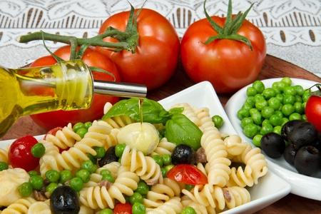 mediterrane k�che: Pasta-Salat mit Mozzarella und Basilikum
