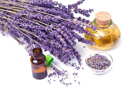 homeopathy: flores de lavanda con aceite aisladas sobre fondo blanco