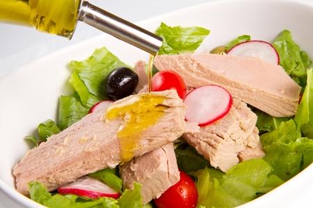 Tuna salad with tomatoes, olives and raddish Stockfoto