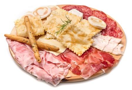 gressins: un plateau de mixtes de salaisons, les fromages et les boulettes frites