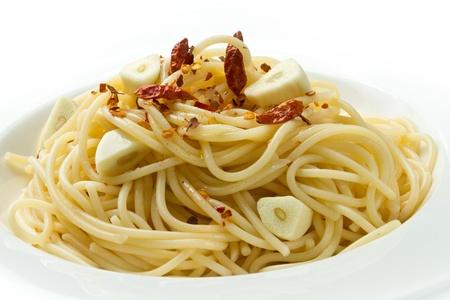 l'ail des p�tes d'huile d'olive et rouge closeup piment sur une assiette blanche