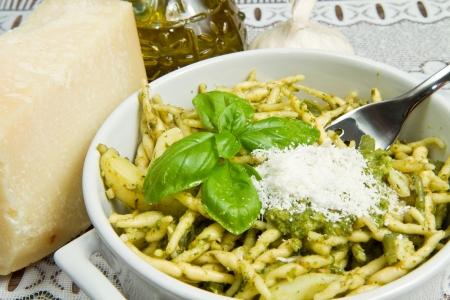 pasta con pesto sul piatto bianco