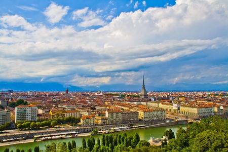 Panorama de horizonte ciudad de Turín desde la colina