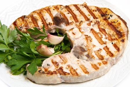 Studio closeup di filetti di pesce spada alla griglia
