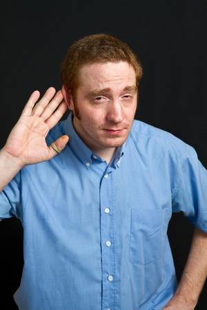 perceive: uomo che cerca di ascoltare