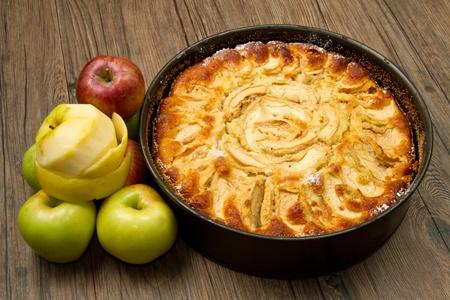 szarlotka: Apple Tart z Å›wieżego apple na tabeli Zdjęcie Seryjne