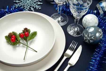 una tavola di natale decorato
