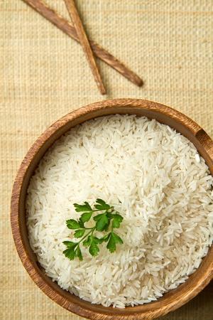 ciep�o: niegotowane ziarna ryżu w misce z drewna