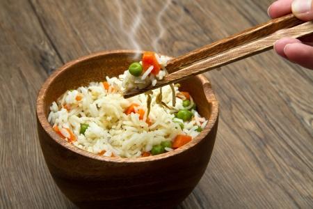 arroz chino: Arroz chino frito con zanahorias, guisantes y soja