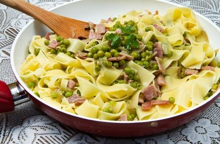 leguminosas: Tallarines con guisantes frescos y jamón cortado en cubitos