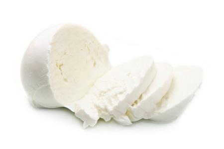 mozzarella fresca italiana en el fondo blanco