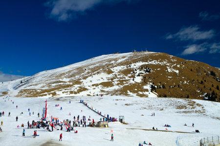 ski slopes: piste da sci Editoriali