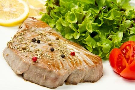 Thunfischfilet mit Salat Lizenzfreie Bilder