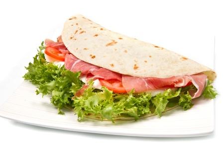 Italienische Piadina mit Schinken, frischem Salat und Mozzarella-K�se Lizenzfreie Bilder