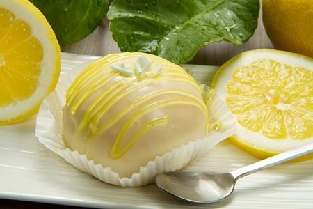 pie de limon: delicioso pastel de limón en un plato blanco Foto de archivo