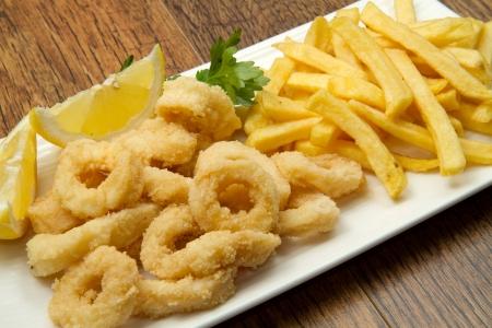 fish and chips: un plat avec un m�lange de frites