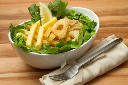 calamar: un plato de calamares fritos y patatas