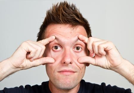 occhi sbarrati: Close-up ritratto di uomo con gli occhi spalancati