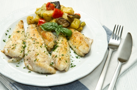 trucha: Filete de pescado sano sabroso con verduras