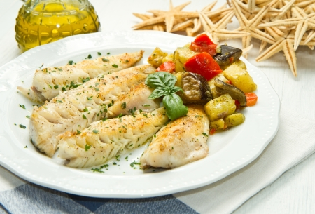 berenjena: Filete de pescado sano sabroso con verduras