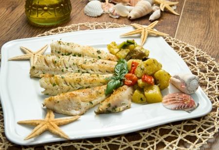 filete de pescado: Filete de pescado sano sabroso con verduras