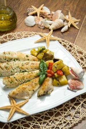 filete de pescado: Sabroso filete de pescado con verduras saludables Foto de archivo