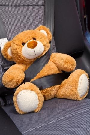 cinturon de seguridad: Teddy Bear abrochado con el cinturón de seguridad en un coche Foto de archivo