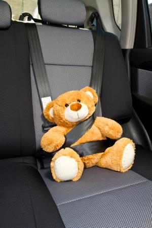 cinturon seguridad: Teddy Bear abrochado con el cinturón de seguridad en un coche Foto de archivo
