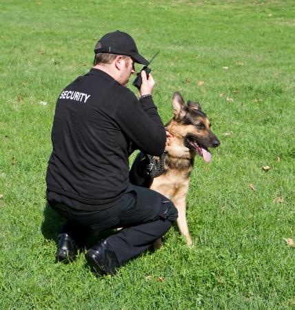 guardia de seguridad: parte trasera de un guardia de seguridad con un perro