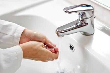 lavandose las manos: Médico limpieza - Lavarse las manos Foto de archivo