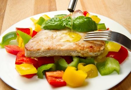 comidas saludables: Filete de atún frito con pimienta Foto de archivo