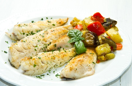Filete de pescado sano sabroso con verduras photo