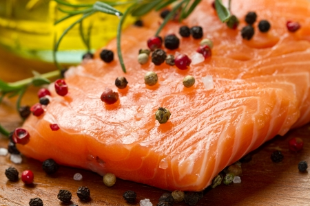 rosmarin: Fresh salmon fillet on wooden board with pepper and rosemary