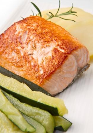 calabacin: Salmón a la plancha con patatas y calabacín