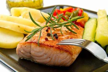 fillet: Grilled salmon and vegetables