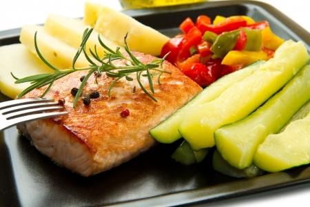 Saumon grill� et l�gumes Banque d'images