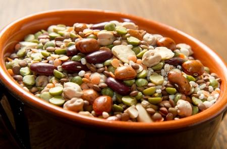 leguminosas: verduras en olla de barro Foto de archivo