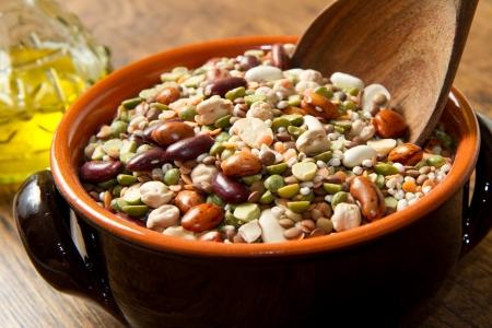 legumbres secas: verduras en olla de barro Foto de archivo