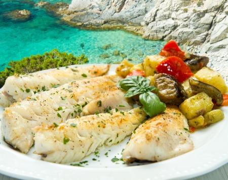 pescado frito: Filete de pescado sano sabroso con verduras