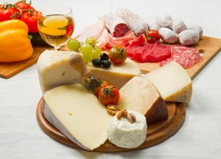 jamon y queso: composición de embutidos con diferentes tipos de queso Foto de archivo