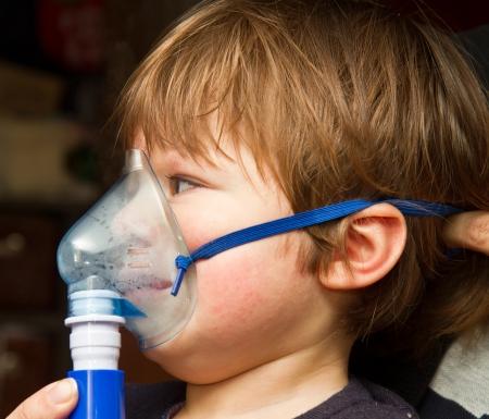 aparato respiratorio: La muchacha con una máscara para inhalaciones Foto de archivo