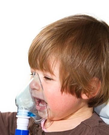 asma: niño que toma respiratoria, terapia de inhalación
