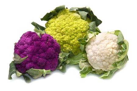 coliflor: tris de coliflor fresco en el fondo blanco