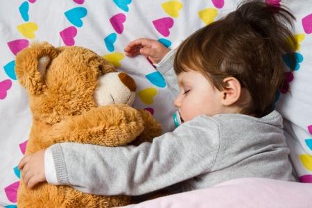 ositos bear: Niño que duerme dulce con oso de peluche