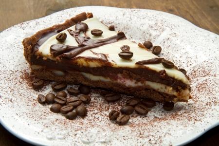 cafe y pastel: plato blanco con pastel de caf�
