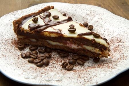 cafe y pastel: plato blanco con pastel de caf?