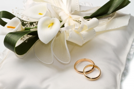 Wedding rings with calla bouquet  photo
