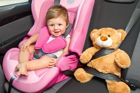 asiento coche: beb? en un asiento de coche de seguridad seguridad y la seguridad Foto de archivo