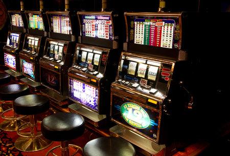 tragamonedas: Máquina tragaperras en el casino Editorial